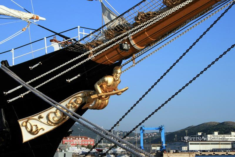 Корабль Palinuro в Баре