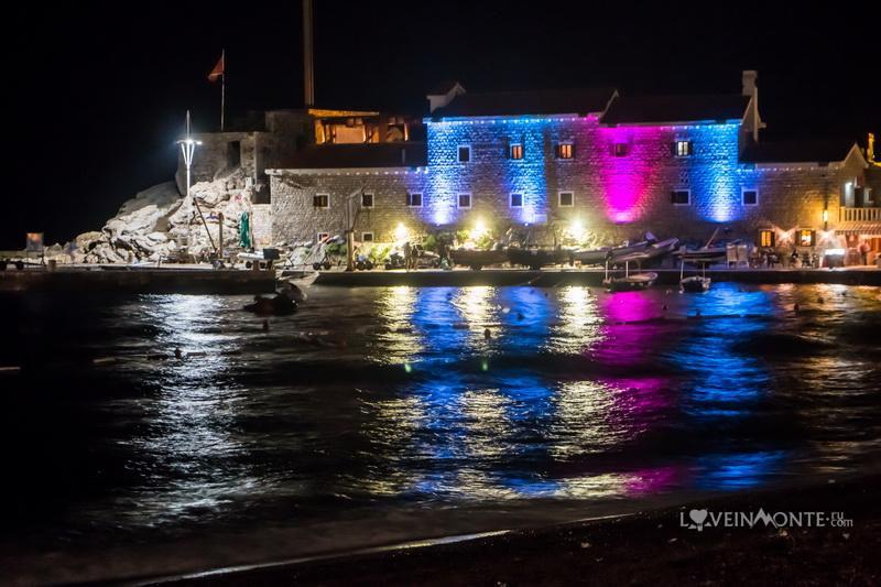 Крепость Кастелло в Петроваце ночью