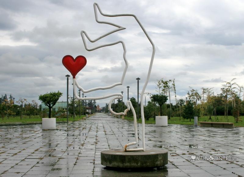 Статуя с сердечком на бульваре в Батуми