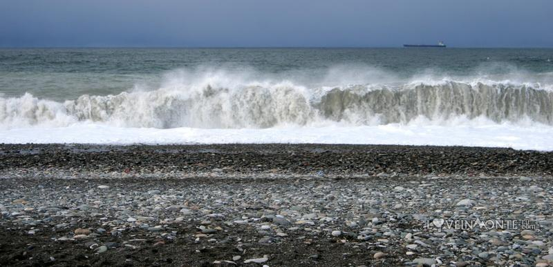 Шторм на море в Батуми в феврале