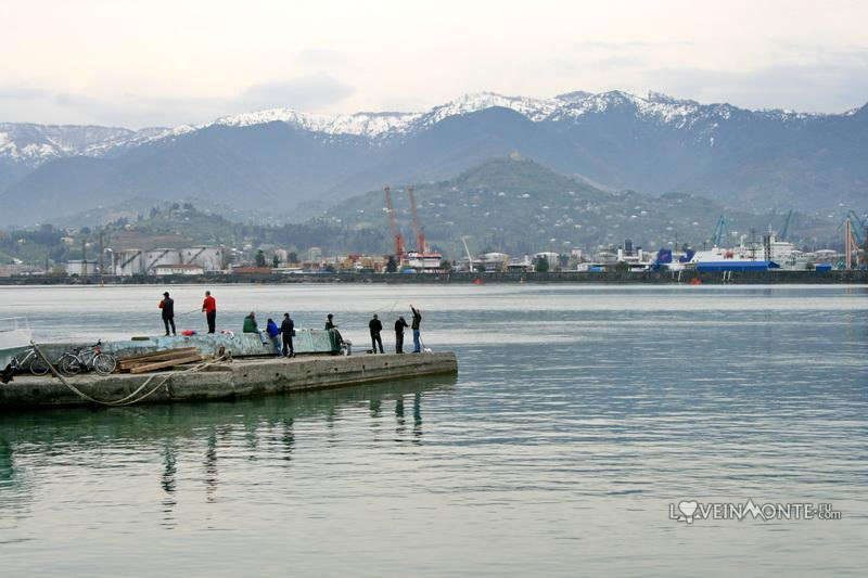 Рыбаки в порту Батуми
