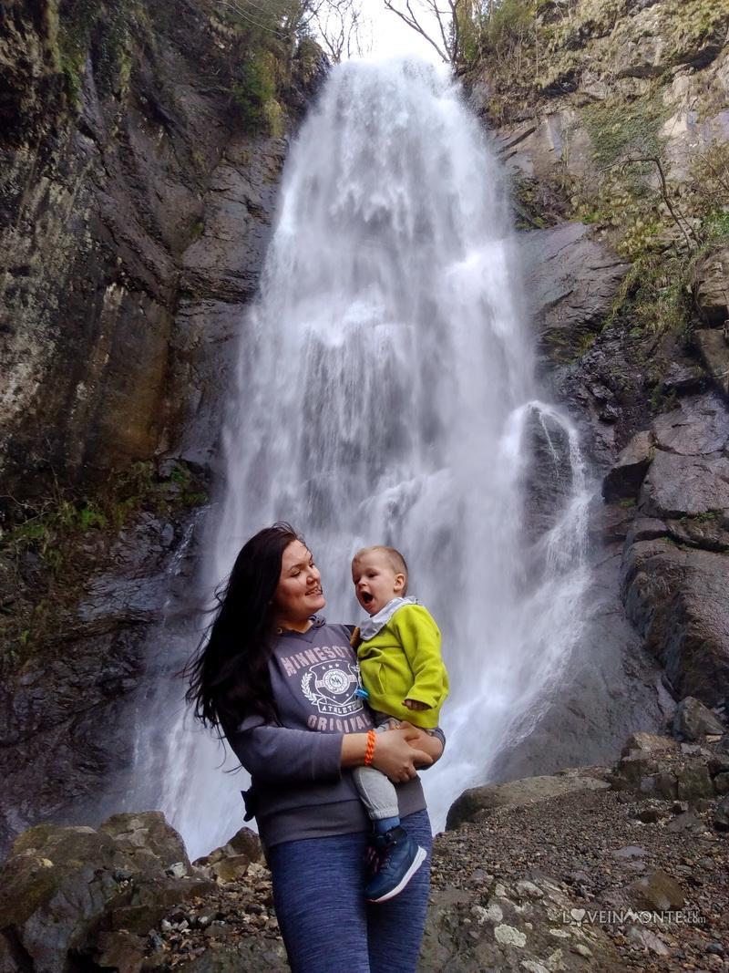 Водопад Махунцети зимой