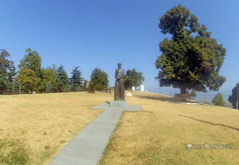 Памятник Лесе Украинке в Телави